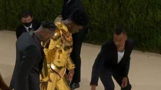 Met gala, i look esagerati delle star: dalla corazza d'oro di Lil Nas X all'abito di Billie Eilish
