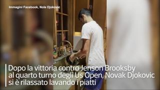 Djokovic filmato dalla moglie mentre lava i piatti: «Vedete cosa mi tocca fare?»