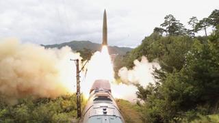 Corea del Nord, gli ultimi missili di Kim lanciati da un treno sbucato da un tunnel