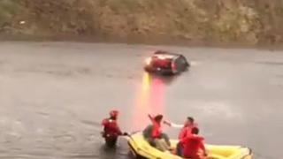 Nubifragio a Malpensa: automobilisti intrappolati, salvati dai vigili del fuoco con i gommoni