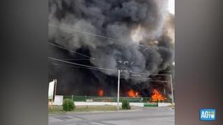 Brucia un'azienda nel Casertano: grande colonna di fumo avvistata fino a Napoli, l'invito del sindaco a rimanere in casa