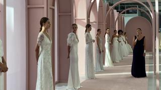 Sarte dalle mani d'oro: come si crea un abito da sposa