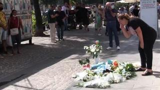 Napoli, bimbo caduto dal balcone: fiori sul marciapiede della caduta