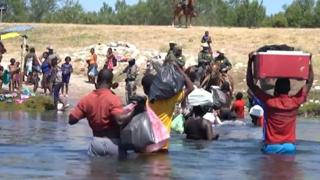 Usa, i migranti attraversano il confine con il Messico guadando il Rio Grande