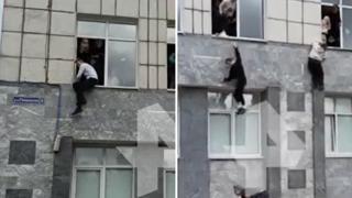Sparatoria all'università di Perm (Russia), gli studenti scappano dalle finestre: il video