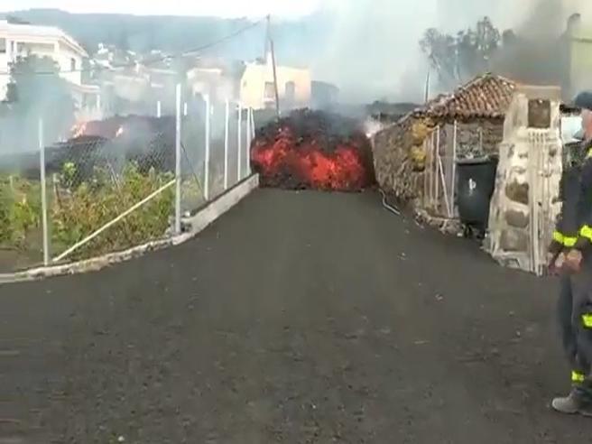 Canarie, eruzione del vulcano Cumbre Vieja: la lava seppellisce case, strade e una scuola