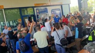 Gkn, i lavoratori in festa cantano dopo la revoca dei licenziamenti