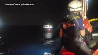 Ocean Viking, salvataggio in mare aperto nella notte: 13 persone alla deriva
