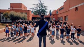 «Torneremo a scuola» con la polizia di Stato: la canzone con gli alunni per festeggiare il rientro in classe