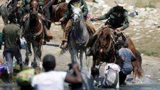 Usa, agenti di frontiera frustano i migranti al confine: il video che indigna