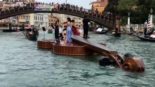 Venezia, i musicisti suonano a bordo di un violino gigante sul Canal Grande