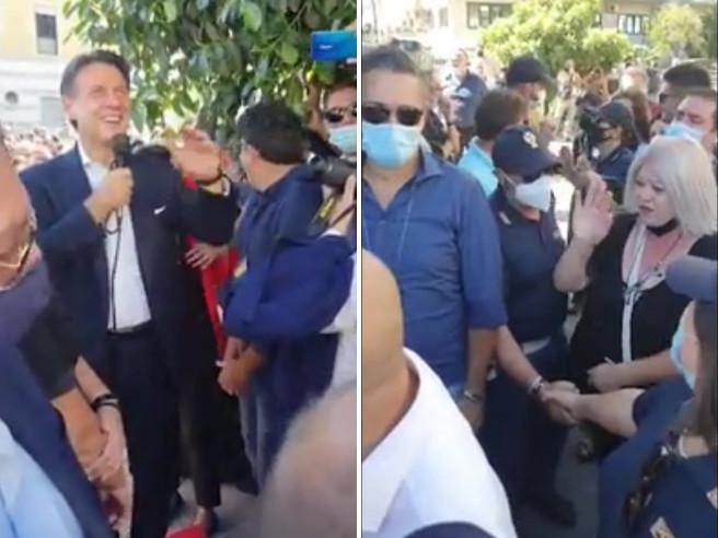 Una fan di Conte al comizio in Calabria: «Vorrei essere al posto della tua fidanzata»