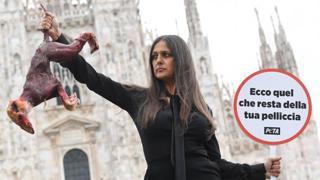 «Le pellicce sono inutili e burine»: Rosita Celentano per Peta a Milano