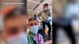 Lo show «abusivo« di Emis Killa e Angelo Duro al supermercato