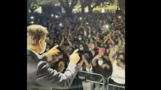 Bagno di folla al comizio di Conte, la polemica dei musicisti