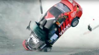 L'auto da rally si ribalta sette volte in uno spettacolare incidente nel campionato russo