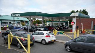 In Gran Bretagna scarseggia il carburante: lunghe code fuori dalle stazioni di servizio
