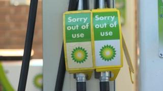 Brexit, stazioni di servizio a secco: i camion non portano il carburante
