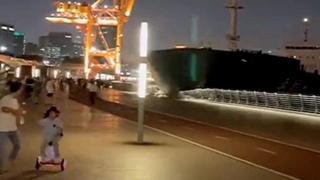 Cina: la nave cargo si schianta contro il molo pieno di gente