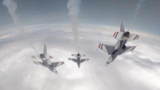 La spettacolare ripresa dal cockpit di un caccia americano che vola in formazione di diamante