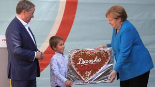 L'ultimo comizio di Merkel, per lei in regalo un cuore gigante di pan di zenzero