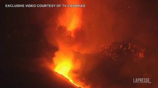 Canarie, continua l'eruzione vulcanica a La Palma: violente esplosioni e aeroporto chiuso