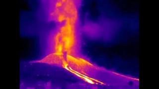 Canarie, nuova eruzione nella notte: il video ad infrarossi mostra le spettacolari colate laviche