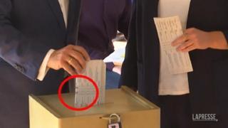 Elezioni Germania, gaffe di Laschet: il candidato dalle Cdu piega male la scheda e mostra il suo voto