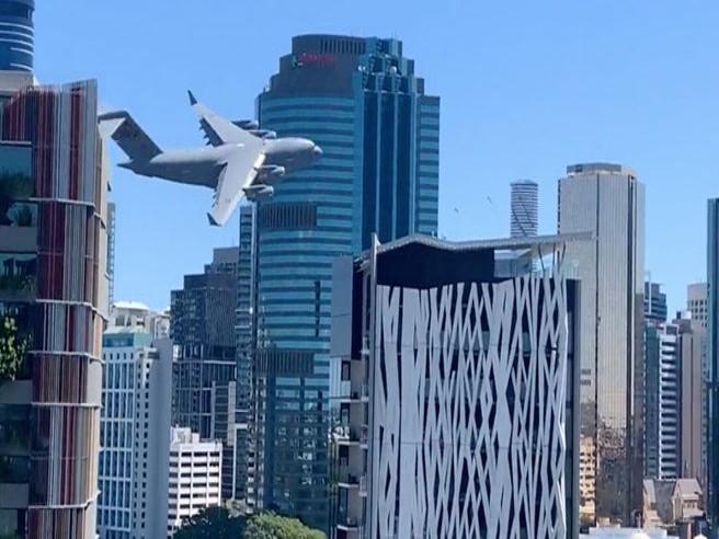 Australia: un grosso Boeing C-17 «fa slalom» tra i grattacieli di Brisbane