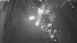 Napoli, gli operatori ecologici filmati mentre spargono rifiuti in strada: la denuncia social