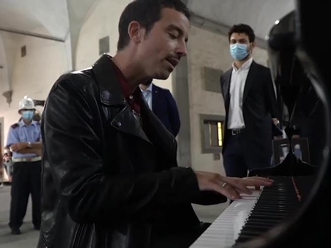 Firenze, Diodato inaugura (a sorpresa) «Libero», il pianoforte della rinascita dopo il Covid