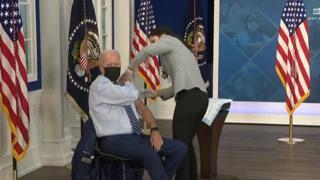 Biden fa la terza dose del vaccino Pfizer in diretta tv