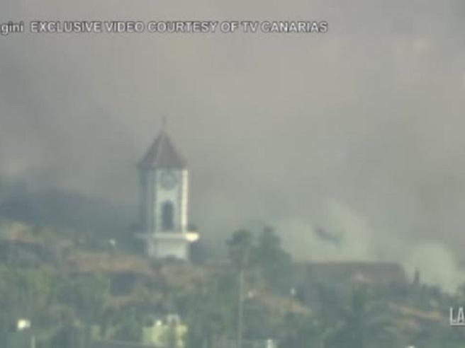Canarie, la lava travolge una chiesa: il campanile crolla in diretta tv