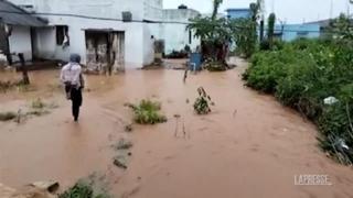 India, ciclone con raffiche di vento a 85 km all'ora: strade e villaggi allagati