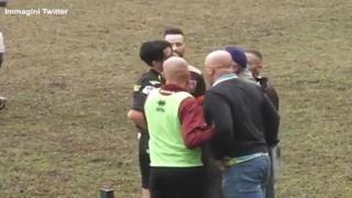Calcio, allenatore perde la testa e tira un pugno all'arbitro dopo il cartellino rosso