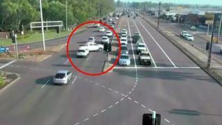 Australia, perde il controllo dell'auto, attraversa 6 corsie trafficate e si schianta contro un capannone