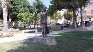 Scatena polemiche la nuova statua della 'Spigolatrice' di Sapri: «Sessista»