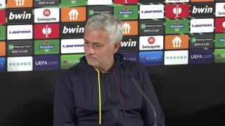 L'interprete va in crisi e non si ricorda le parole, Mourinho la tranquillizza: «No problem»