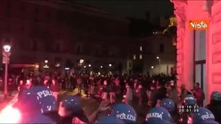 No green pass, nel video della Polizia il lancio di bottiglie durante la manifestazione a Roma