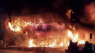 Brucia grattacielo in centro a Taiwan: le fiamme divorano l'edificio