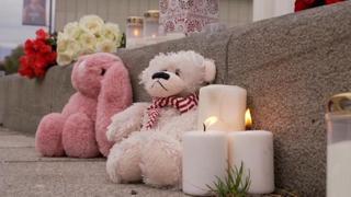 Norvegia, candele accese a Kongsberg per le vittime dell'attacco terroristico