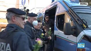 No green pass, prove di distensione a Roma: manifestanti regalano fiori a polizia