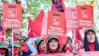 Manifestazione dei sindacati a Roma, il corteo della Cgil canta «Bella Ciao»
