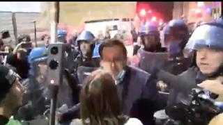 Tensione al corteo no Green pass di Milano, la protesta non si ferma e partono le cariche della polizia