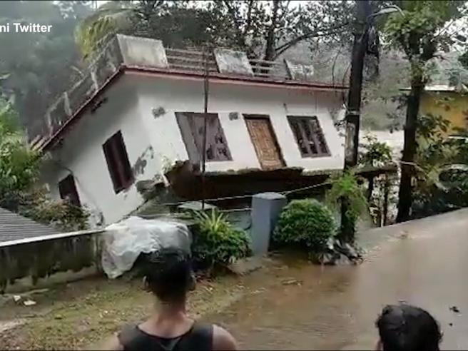India, la casa crolla e viene portata via dall'alluvione