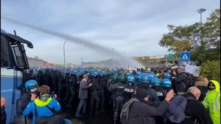 Green pass, sgombero a Trieste: polizia avanza e usa gli idranti