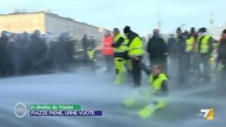 Gli idranti della polizia contro il sit-in dei no green pass a Trieste: sale la tensione