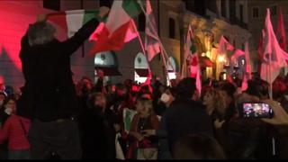 La festa a Santi Apostoli, la piazza di Gualtieri canta «Bella ciao»