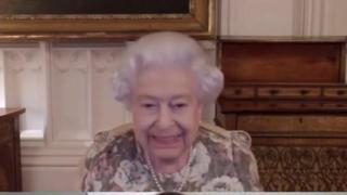 La Regina Elisabetta in videochiamata con la Nuova Zelanda si confonde: «Buonasera, anzi buongiorno»