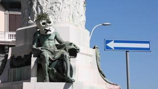 Napoli, alcune statue si sono «risvegliate» con dei teschi di cartapesta in testa